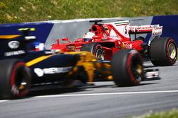 Sebastian Vettel, Ferrari SF70H,  Jolyon Palmer'ın önünde spin atıyor, Renault Sport F1 Team RS17