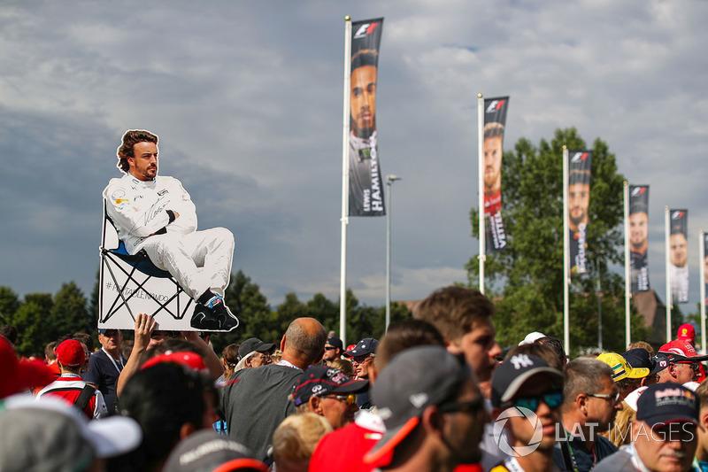 Fans, Fernando Alonso, McLaren banner