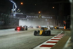 Nico Hulkenberg, Renault Sport F1 Team RS17, supera la monoposto incidentata di Sebastian Vettel, Ferrari SF70H