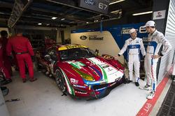 Andy Priaulx, Harry Tincknell, Ford Chip Ganassi Racing, Viendo el #51 AF Corse Ferrari 488 GTE en el garaje.