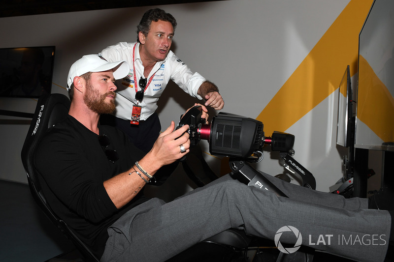 Actor Chris Hemsworth en la zona de eRace con Alejandro Agag, Fórmula E CEO