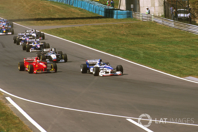 Damon Hill, Arrows A18 Yamaha, Eddie Irvine, Ferrari F310B y Mika Hakkinen McLaren MP4/12 Mercedes