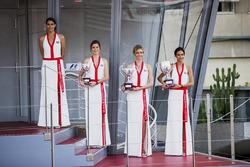 Grid girls sul podio, con il trofeo