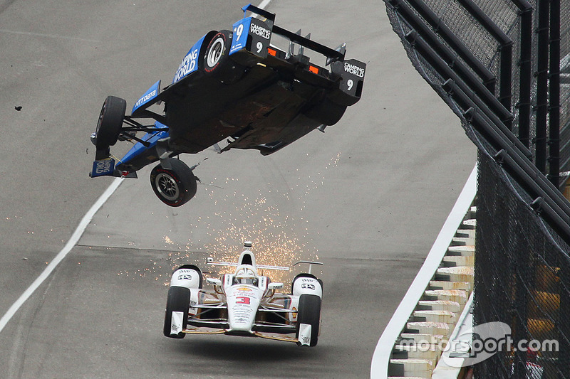 1. Scott Dixon, Chip Ganassi Racing Honda decolla, Helio Castroneves, Team Penske Chevrolet passa