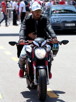 Льюіс Хемілтон, Mercedes AMG F1, на мотоциклі