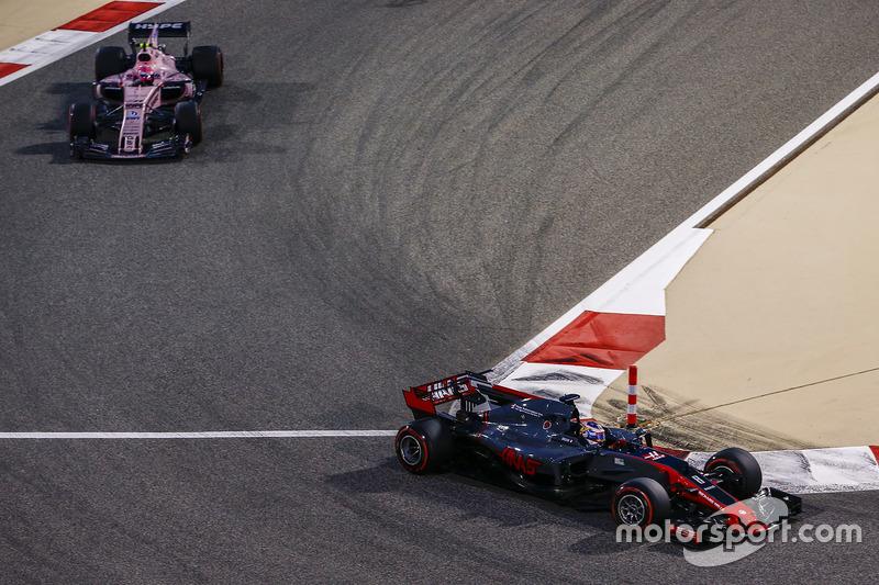 Romain Grosjean, Haas F1 Team VF-17, Esteban Ocon, Force India VJM10