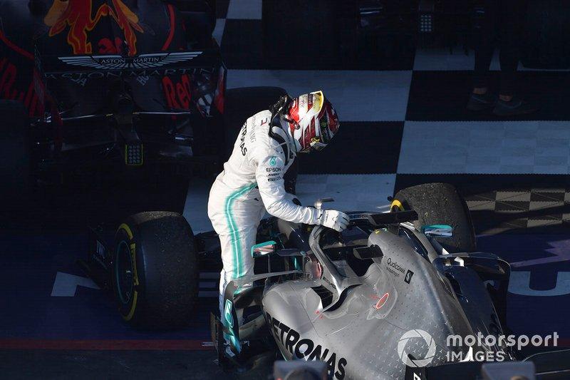 Le deuxième, Lewis Hamilton, Mercedes AMG F1, arrive dans le Parc Fermé