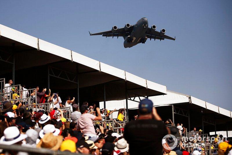 Un Boeing C-17A Globemaster III della Royal Australian Air Force sorvola la griglia di partenza prima della gara