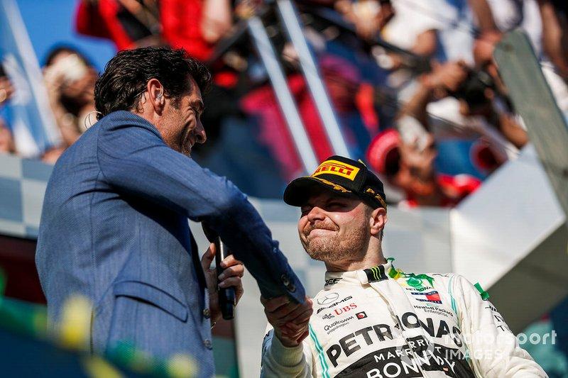 Mark Webber stringe la mano a Valtteri Bottas, Mercedes AMG F1, vincitore, dopo un'intervista sul podio