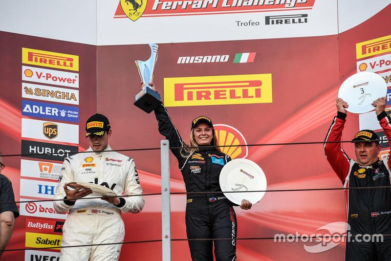 Podio Trofeo Pirelli AM: la vincitrice Fabienne Wohlwend festeggia con il trofeo