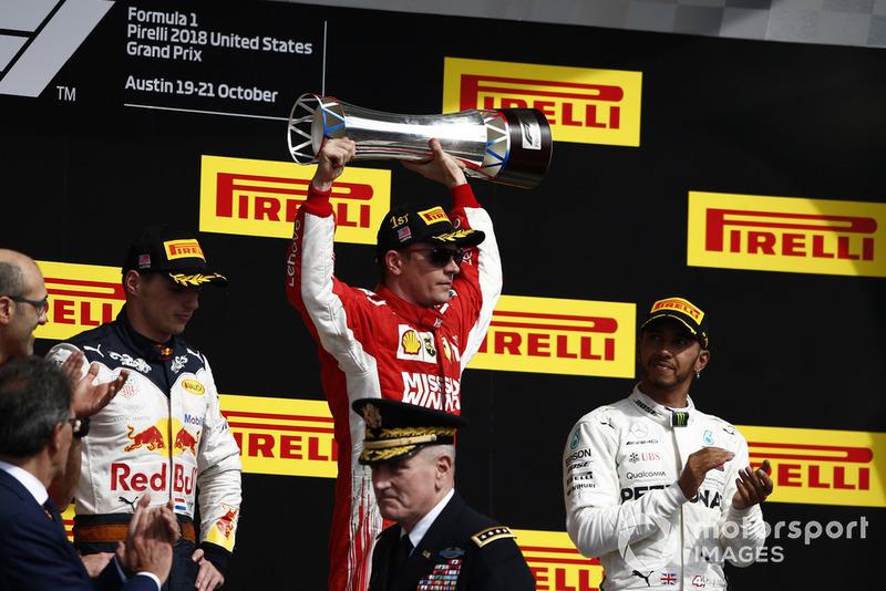Макс Ферстаппен, Red Bull Racing, Кімі Райкконен, Ferrari, та Льюіс Хемілтон, Mercedes AMG F1 святкують з шампанським на подіумі