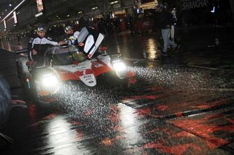 Les vainqueurs : #7 Toyota Gazoo Racing Toyota TS050: Mike Conway, Kamui Kobayashi, Jose Maria Lopez
