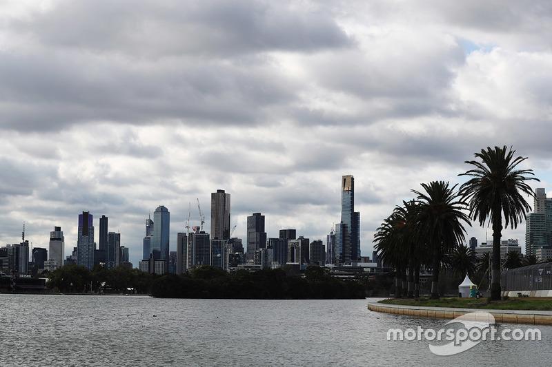 """<img src=""""https://cdn-3.motorsport.com/static/img/cfp/0/0/0/0/13/s3/australia-2.jpg"""" alt="""""""" width=""""20"""" height=""""12"""" />Искусственное озеро и потрясающий скайлайн («Альберт-парк», Мельбурн)"""