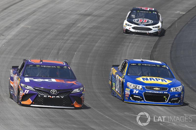 Denny Hamlin, Joe Gibbs Racing, Toyota; Chase Elliott, Hendrick Motorsports, Chevrolet; Kevin Harvic