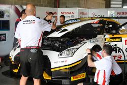 #24 Nissan Motorsport, Nissan GT-R Nismo GT3 getting repaired