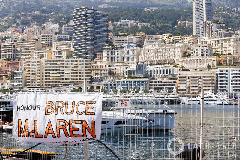 Плакат на честь Брюса Макларена