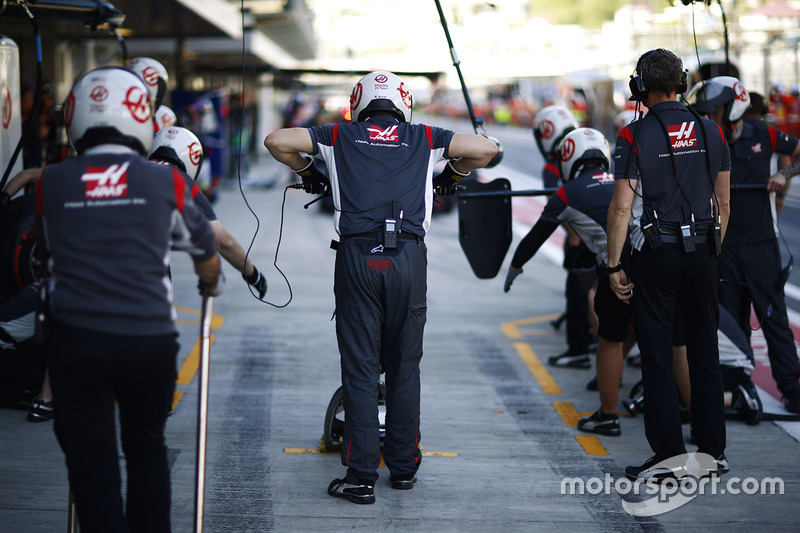 Haas F1 Team pit crew