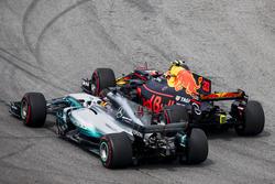 Max Verstappen, Red Bull Racing RB13, passeert Lewis Hamilton, Mercedes AMG F1 W08, voor de leiding in de wedstrijd