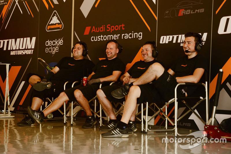 Optimun Motorsport mecánicos