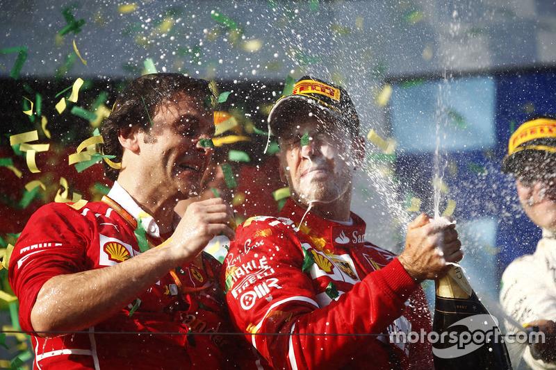 Подіум: переможець гонки Себастьян Феттель, Ferrari, Луїджі Фрабоні, голова моторістів на треку Ferrari
