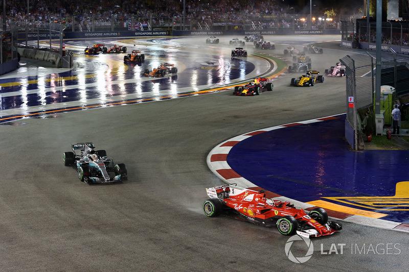 Kimi Raikkonen, Ferrari SF70H, Max Verstappen, Red Bull Racing RB13 ve Sebastian Vettel, Ferrari SF70H ilk tur kaza