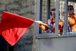 Temporada 2017 F1-azerbaijan-gp-2017-marshal-waves-the-red-flag