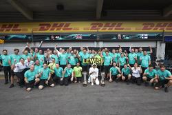 Race winner Lewis Hamilton, Mercedes AMG F1, celebrates with his team