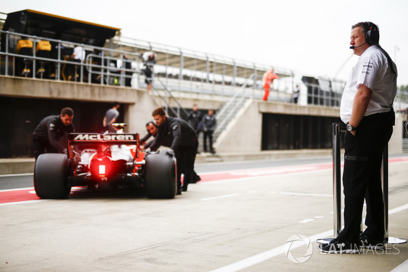 Zak Brown, Director Ejecutivo, McLaren Technology Group, observa a Stoffel Vandoorne, McLaren MCL32