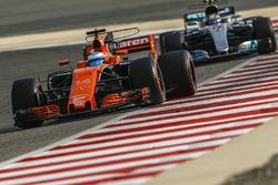 Fernando Alonso, McLaren MCL32 y Valtteri Bottas, Mercedes AMG F1 W08