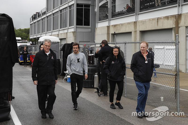 Fernando Alonso menuju paddock