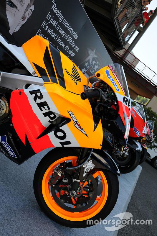 Erinnerung an Nicky Hayden mit seinen MotoGP-Bikes von 2006, 2010 und 2014 sowie seinem Superbike von 2017
