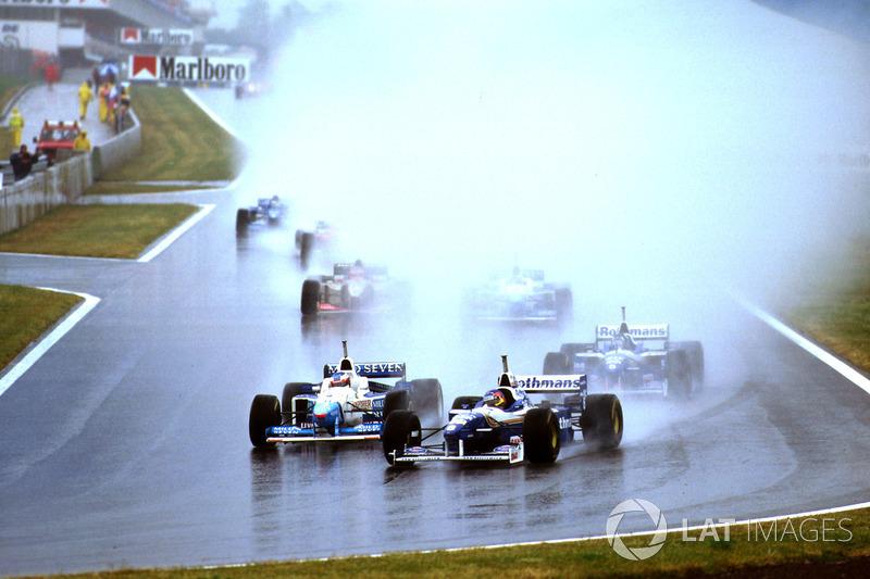 Вся гонка сопровождалась сильным ливнем.