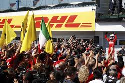 Переможець гонки Себастьян Феттель, Ferrari SF70H, святкує перемогу з командою у закритому парку