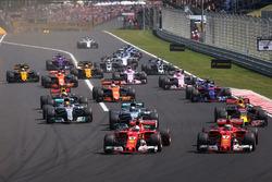 Старт гонки: лидирует Себастьян Феттель, Ferrari SF70H