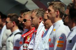 السائقين أثناء عزف النشيد الوطني للمجر