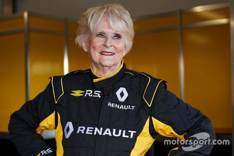Носки подождут: 79-летняя ирландка светерком прокатилась наболиде Формулы-1