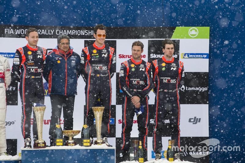 Podio: i vincitori Thierry Neuville, Nicolas Gilsoul, Hyundai Motorsport, al terzo posto Andreas Mik