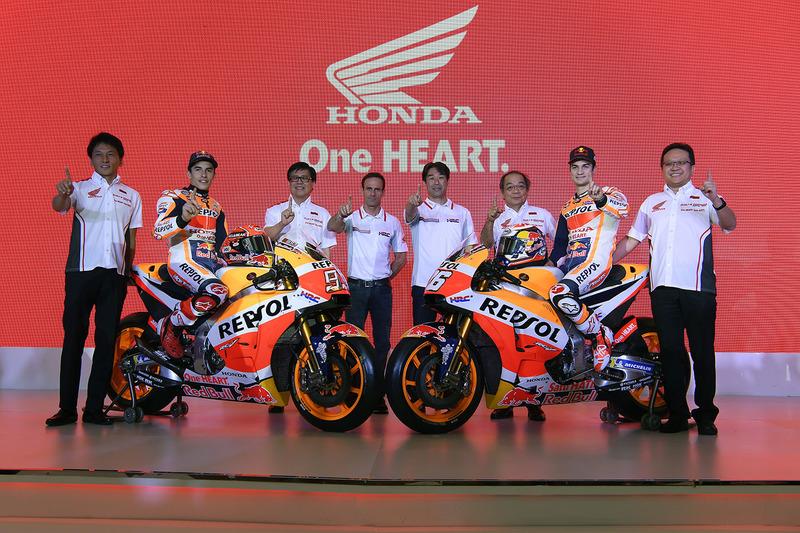 Marc Marquez, Repsol Honda Team, Dani Pedrosa, Repsol Honda Team con dei membri di Astra Honda Motor