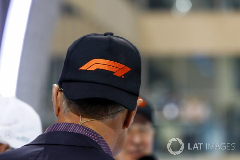 david coulthard avec une casquette repr sentant le nouveau logo de la f1 gp d 39 abu dhabi. Black Bedroom Furniture Sets. Home Design Ideas