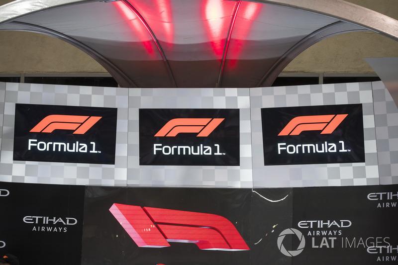 Le nouveau logo de la Formule 1 est présenté sur le podium