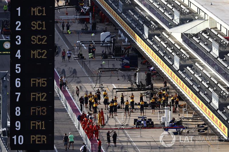 Renault Sport F1 Team y Sauber teams se preparan en pits
