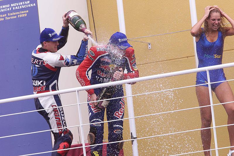 Подіум: переможець гонки Режис Лаконі