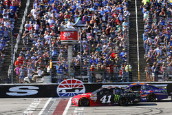 Kurt Busch, Stewart-Haas Racing Ford, Denny Hamlin, Joe Gibbs Racing Toyota green flag start