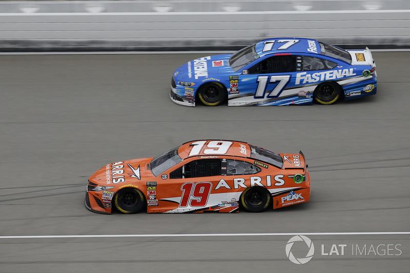 Daniel Suarez, Joe Gibbs Racing, Toyota Camry ARRIS Ricky Stenhouse Jr., Roush Fenway Racing, Ford Fusion Fastenal
