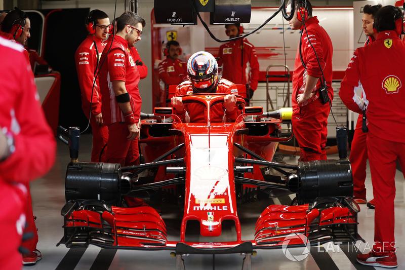 Kimi Raikkonen, Ferrari, memasuki kokpit