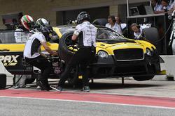 K-PAX Racing Bentley Continental GT3: Alvaro Parente, Andy Soucek pit stop