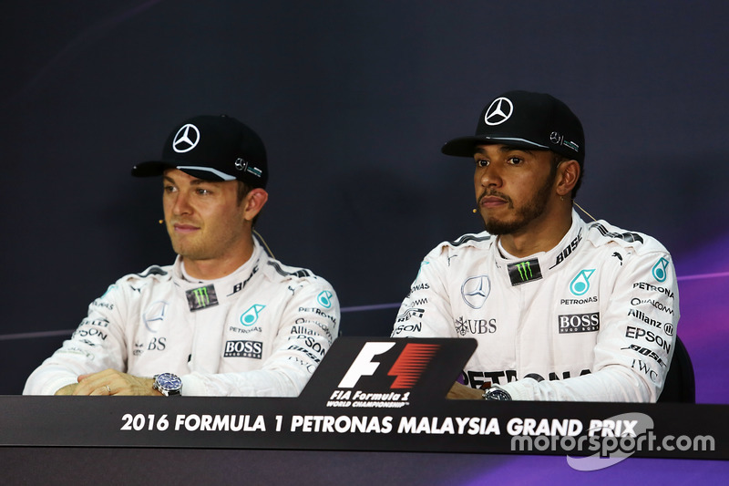 (L to R): Nico Rosberg, Mercedes AMG F1 and team mate Lewis Hamilton, Mercedes AMG F1 in the FIA Press Conference