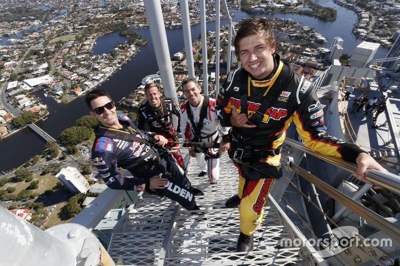 #6: Chaz Mostert, Craig Lowndes, Jamie Whincup und James Courtney auf der Spitze des Q1 Towers in Surfers Paradise