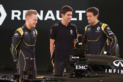 (L to R): Kevin Magnussen, Renault F1 Team with Jolyon Palmer, Renault F1 Team