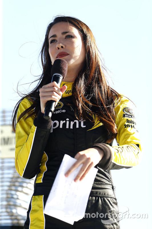 Miss Sprint Cup Julianna bij de loting voor de startopstelling
